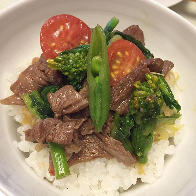 牛肉と春野菜のピリ辛炒め丼